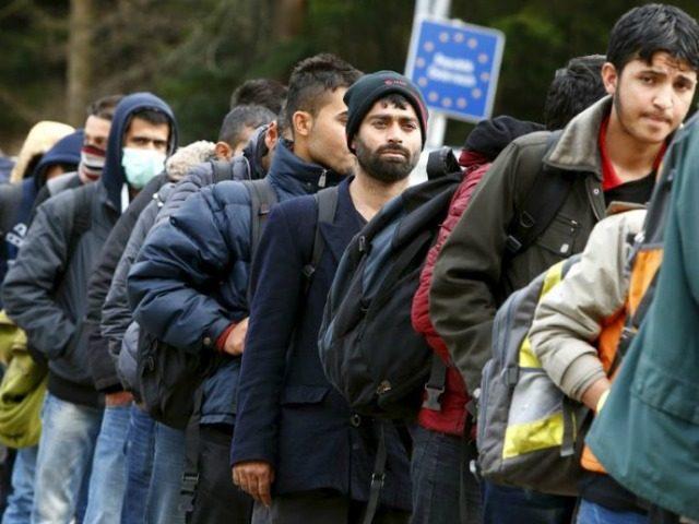 migrants-queue-austrian-german-border-640x480